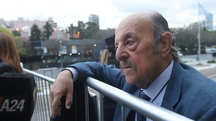 Julio Bárbaro, se hizo un lugar dentro de los invitados al recinto.
