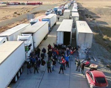 La semana pasada se registraron hasta 20 cortes en Neuquén, sobre todo en los caminos de Vaca Muerta. En respuesta, ahora los camioneros chilenos aislaron a Tierra del Fuego.