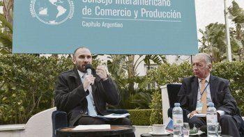 Encuentro. Martín Guzmán y Daniel Funes de Rioja compartieron espacio en los jardines del Four Seasons.