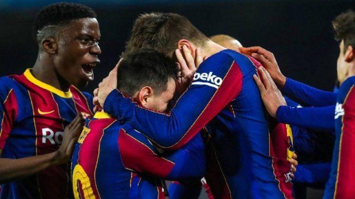 Lionel Messi abraza a Gerard Piqué tras el gol en el último minuto del tiempo regular.