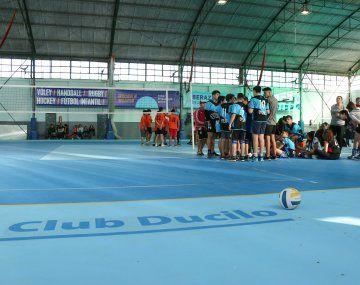 En las instalaciones del club Ducilo se practica Hockey y Voley, entre otras actividades.