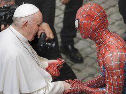 El papa Francisco recibió una máscara de Spiderman.