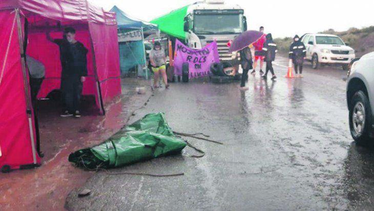 Sin pausa. Las intensas tormentas que asolaron Neuquén no impidieron que siguieran los piquetes en la ruta del petróleo