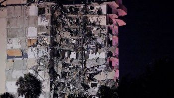 Decenas de bomberos trabajan entre los escombros para rescatar a los vecinos que están atrapados.