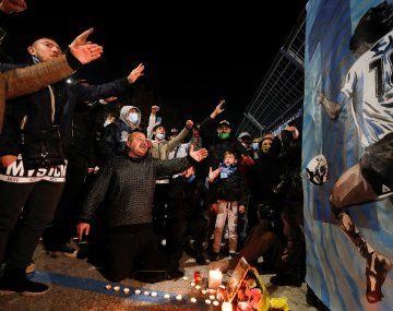 Miles de fanáticos rinden homenaje a Maradona en Nápoles.