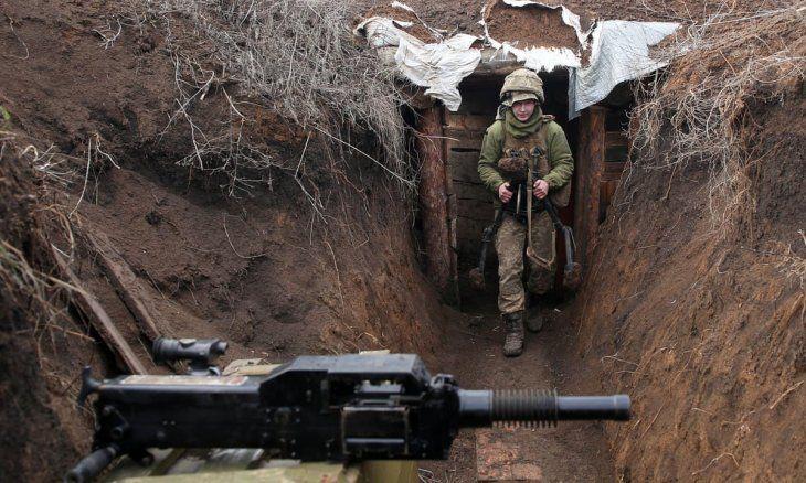 Un soldado vigila la posición de Ucrania en la frontera con Rusia.