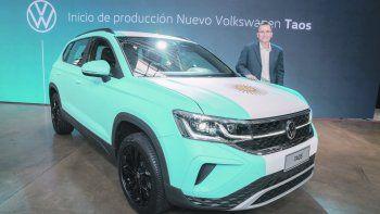 IMPACTO. El presidente de Volkswagen, Thomas Owsianski, junto al Taos de producción nacional.