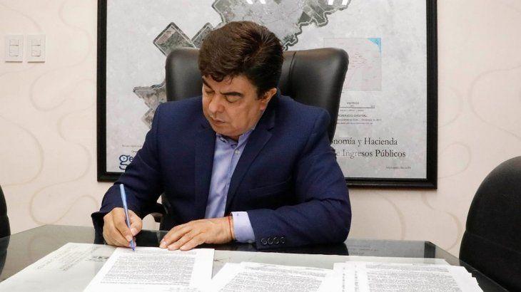 El intendente Fernando Espinoza firmó el decreto de aumento salarial para todos os empleados municipales de La Matanza.