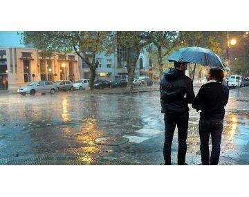 Recomiendan evitar la circulación exterior y buscar un lugar seguro para refugiarse ante la inminente lluvia.