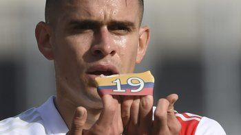 Rafael Santo Borré se acordó del conflico en Colombia en la celebración de su gol.