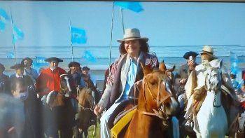 Patricia Bullrich desfiló a caballo en el banderazo del campo en San Nicolás.