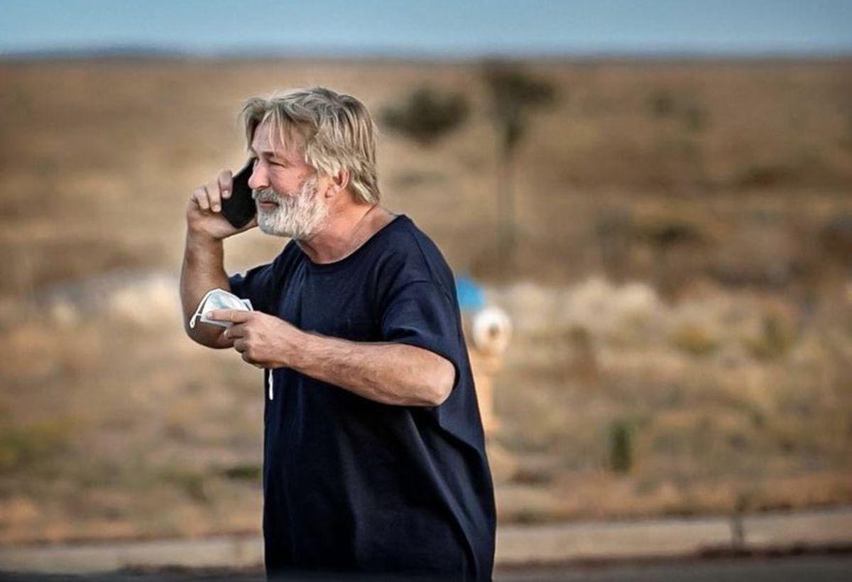 Alec Baldwin se reunió con la familia de la directora de fotografía que falleció por disparos en un set.