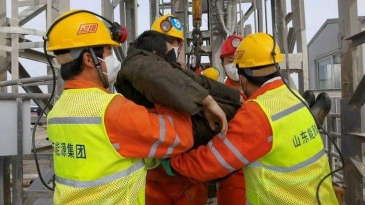 Rescatan a 11 de los mineros atrapados desde hace 14 días — China