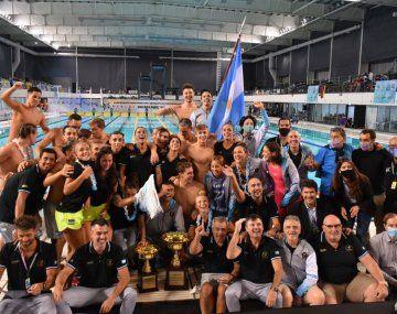 El equipo argentino de natación celebra el título sudamericano tras 55 años. Prensa CADDA