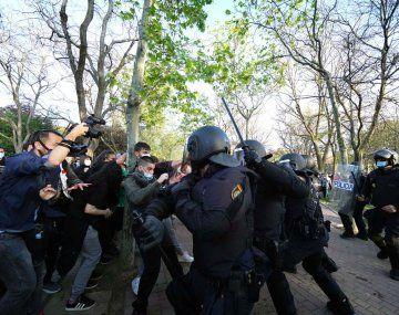 Unas 2.000 personas en el barrio de Vallecas, bastión de la izquierda, boicotearon un acto de la ultraderecha Vox.