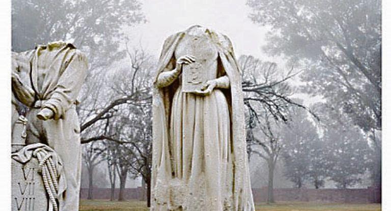 Evita. La foto de su estatua decapitada es la imagen más pregnante de Porter