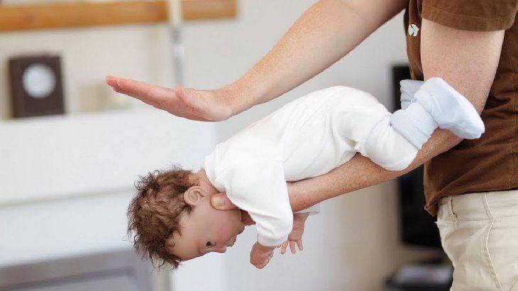 Si el paciente es menor de un año, es necesario colocarlo boca abajo sobre el antebrazo y sostenerle la cabeza.