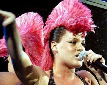 Pink ofreció pagar una multa al equipo femenino de Handball que no quiso usar bikinis para jugar.