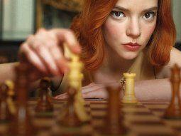 El título de la serie Gambito de Dama, de Netflix, refiere a la jugada de Ajedrez gambito, que es una apertura en la cual se sacrifica un peón para conseguir una ventaja.