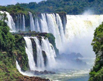 Las Cataratas del Iguazú sonuno de los principales destinos turísticos del país.