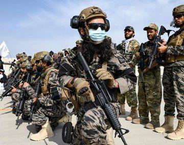 Los talibanes desfilaron triunfales por el aeropuerto de Kabul tras la partida anticipada de EEUU
