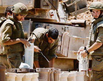 PREPARACIÓN. Soldados israelíes se replegaron ayer de emergencia para ingresar al enclave. El Ministerio de Defensa israelí no reveló el número de uniformados que fueron movilizados.