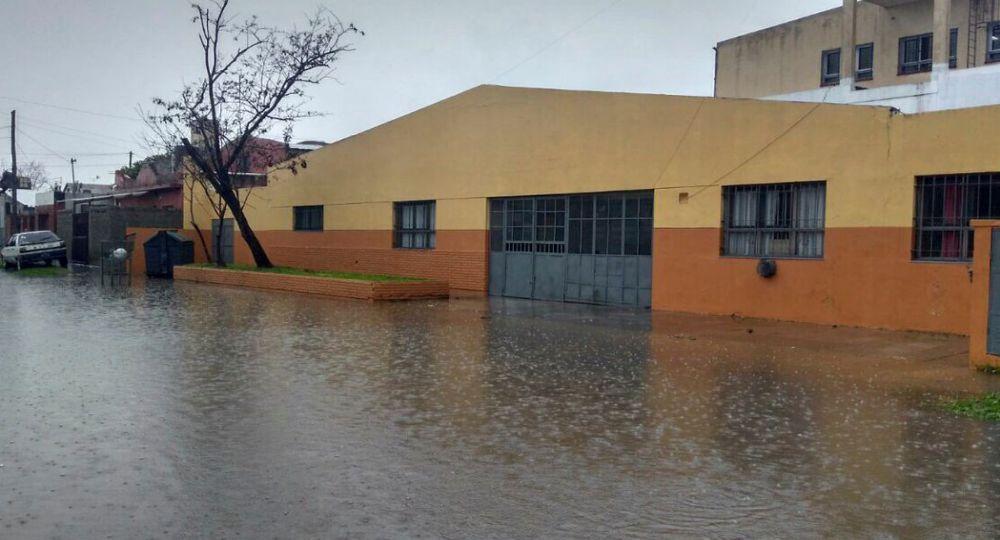Vista de una calle de Quilmes azotada por las intensas lluvias.