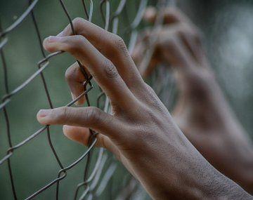 Además de los incidentes en Santa Fe, durante la jornada del lunes se registraron disturbios en dos cárceles bonaerenses: la Unidad 54 Florencio Varela y en la Alcaidía de Batán.