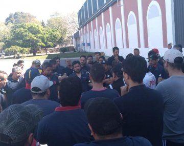Los trabajadores decidieron tomar la planta tras una asamblea, tras el anuncio de más de 200 despidos.