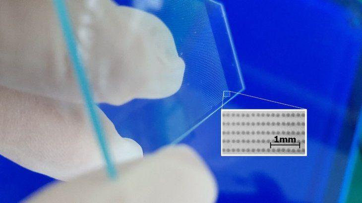 Las impresiones de ADN en en escala, en una placa de vidrio.