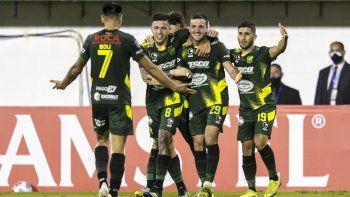 Defensa y Justicia goleó a Universitario y se acomodó en el grupo A de la Copa Libertadores.