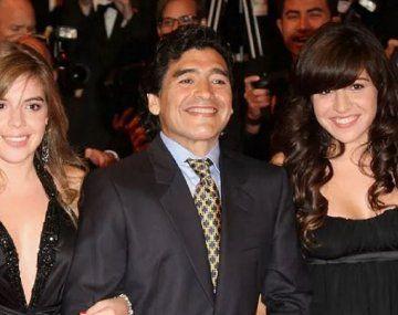 Dalma, Diego y Giannina Maradona en épocas más felices. Las hijas del Diez piden justicia por su muerte.