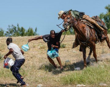 Migrantes haitianos maltratados en Texas.