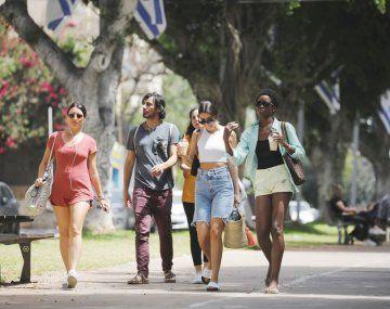 EN LIBERTAD. Un grupo de jóvenes paseaba ayer por Tel Aviv sin necesidad de usar barbijo en espacios abiertos. Vuelve el turismo. Con elevado nivel de vacunación, Israel inicia el retorno gradual a la normalidad.