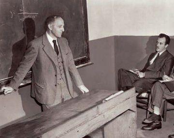 Simon Kuznetsrecibió en 1971 el Premio Nobel de Economía. En su teoría consideraba era que la Argentina era, tal vez el único caso de un país que fue, en apariencia desarrollado, en la década reconocida como granero del mundo, y luego emprendió el camino a vías de desarrollo.