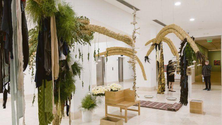Carlos Herrera. La muestra comienza con una elocuente instalación donde Carlos Herrera expone las ramas de un gran árbol y unos abanicos de plumas