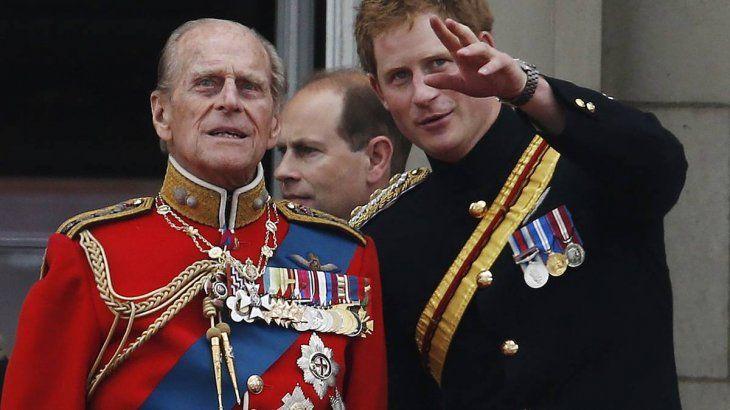 El príncipe Felipe con su nieto Harry.