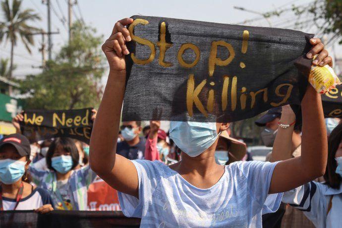 Los manifestantes salieron este domingo a las calles en Myanmar pese a la mortífera represión.