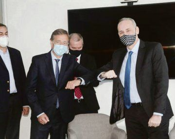 Histórico. Suárez y el representante de Vale en la Argentina, celebran el traspaso de los activos a Mendoza.