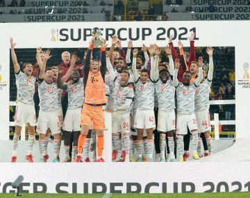 Bayern Munich levanta el trofeo de la Supercopa de Alemania.