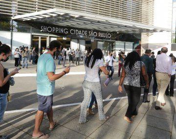 Los shoppings de San Pablo y Río reabrieron hoy con alta concurrencia. Pero el número de contagios sigue en alza.