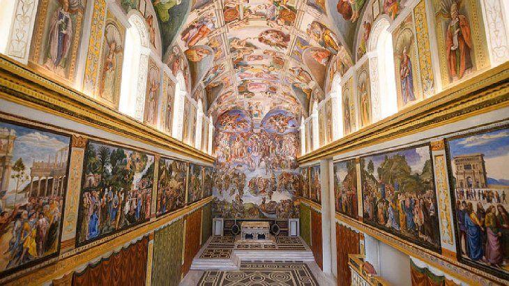 La Capilla Sixtina originalmente servía como capilla de la fortaleza vaticana. Conocida anteriormente como Cappella Magna, toma su nombre del papa Sixto IV, quien ordenó su restauración entre 1477 y 1480. Desde entonces la capilla ha servido para celebrar diversos actos y ceremonias papales.