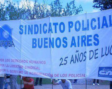 El Sindicato Policias provincia de Buenos Aires (Sipoba) se creó en 1989, pero no posee personería gremial. Su integrantes aseguran que la ex ministra de Trabajo, Patricia Bullrich, la firmó, pero que luego fue adulterada. Ahora, reclaman ante la Comisión Internamericana de DDHH.