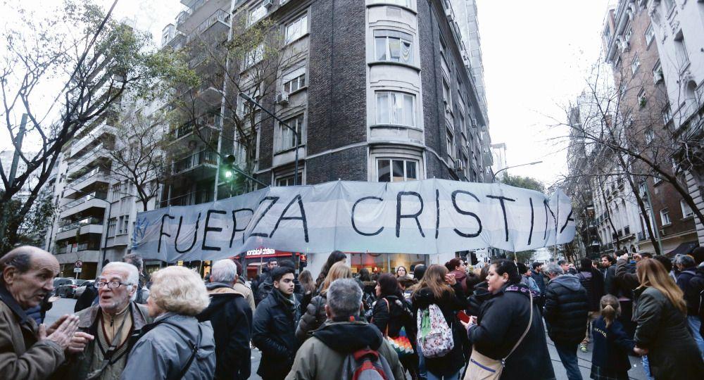 Procedimiento. Militantes del kirchnerismo se apostaron en la calle en el barrio porteño de la Recoleta
