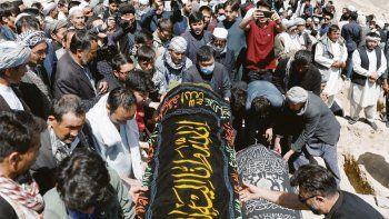 DOLIENTES. Decenas de personas participaron de los funerales masivos en Kabul. La semana pasada las niñas habían protestado por falta de materiales y profesores.