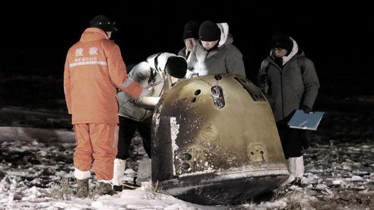 La televisión pública CCTV difundió imágenes del módulo descendiendo desde el cielo durante la noche con la ayuda de un paracaídas