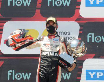 Julián Santero celebra su primer triunfo del Súper TC 2000 en el podio porteño.