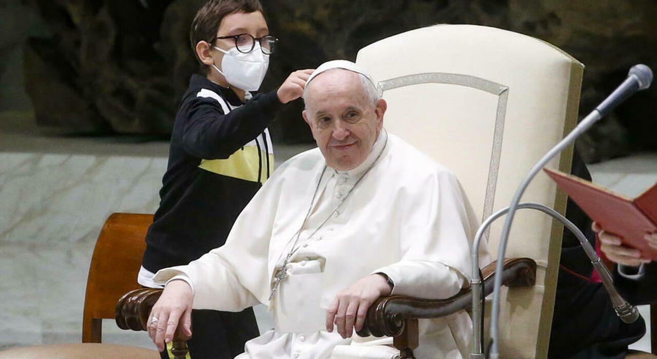 El papa Francisco, divertido con la irrupción de un niño en la audiencia general.