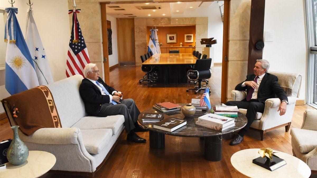 Solá se reunió con el embajador de EEUU y le agradeció el apoyo en las negociaciones con el FMI