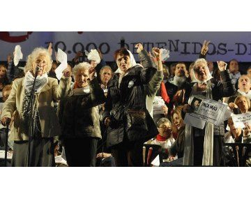 Abuelas de Plaza de Mayo, Madres Línea Fundadora y el Encuentro Memoria, Verdad y Justicia, entre otros, acordaron movilizarse desde las 13. En la Plza de Mayo habrá un solo escenario, a la altura de la Pirámide de Plaza de Mayo, donde se leerán dos documentos. El Gobierno porteño anunció que retirará el vallado.